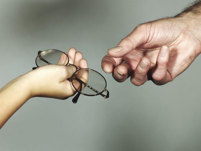 przekazywanie okularów zdłoni dodłoni