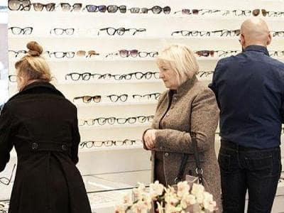 osoby wybierające okulary